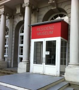 Residenzmuseum München: kleiner Eingang, großes Schloß
