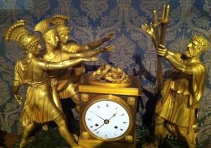 Tischuhr in der Uhrensammlung der Residenz (nach J.L. David, Schwur der Horatier)