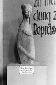 """Emy Roeder: """"Schwangere"""", 1918, in der Ausstellung """"Entartete Kunst"""" 1937 in München (© Zentralarchiv, Staatliche Museen zu Berlin)"""